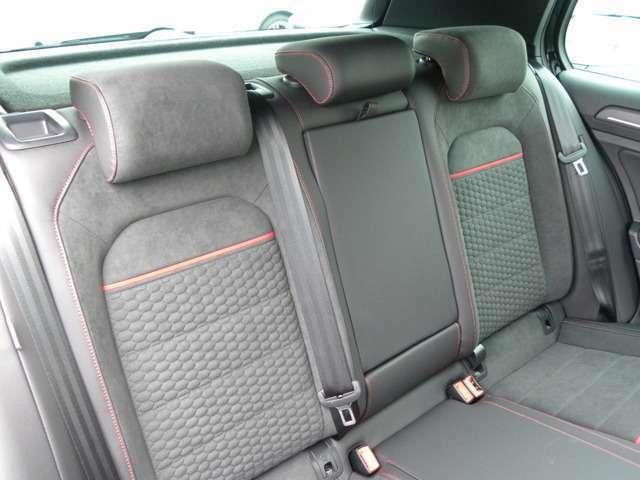 後部座席です!ほとんど使用感もなく綺麗な状態です!