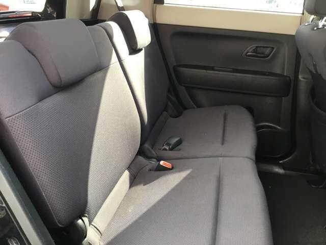 後部座席は二人乗っても十分な広さがございます。