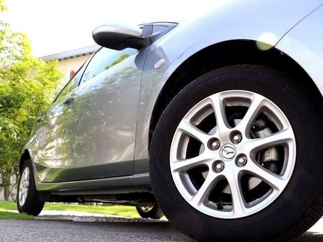 こちらのお車は純正アルミホイールですので、燃費が良くお財布に優しいです♪さらに、タイヤ全体の荷重が軽い為、走行性能が上がり、ハンドル操作も簡単でキレのある動きを実現でき、とても運転しやすいです★
