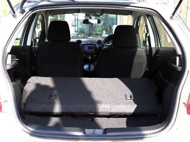 こちらのお車の荷室は後部座席を倒すことが出来、とても広いトランクスペースへ早変わりすることが出来ます♪沢山の荷物もラクラク積込可能ですので、遠出やお買い物にも役立ちます☆