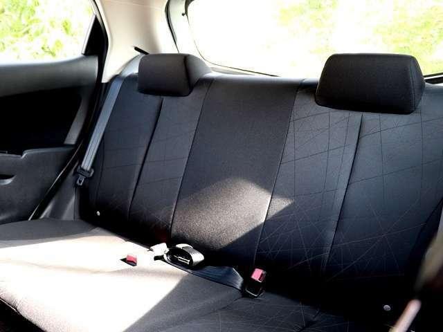 後部座席もとても広く、ゆったりとくつろぐことが出来ます♪足元も広々としておりますので、座り心地や居心地はとても良く、最大定員数乗車しても快適にドライブを楽しむことが出来ます☆