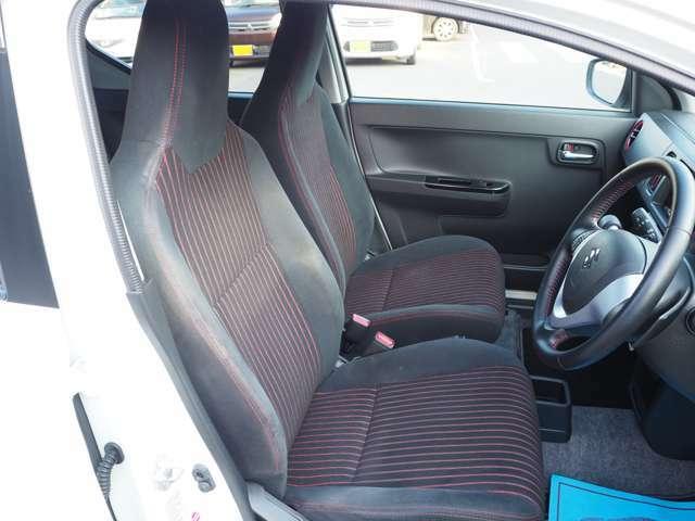 乗り心地の良い運転席、助手席シート!ロングドライブも楽々です♪