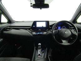 インテリアは質感・形状・色など細部にこだわり大人の感性に響くデザインを追求したほか、メーターを中心とした操作パネルをドライバーに向けて配置するなど、運転に集中できるドライバーズ空間を実現しています。