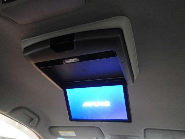 【リア席モニター】アルパイン製リア席モニターを装備しています!後ろに乗車している人を飽きさせません♪ フリップダウン式なので使わない時、モニターはコンパクトに収納出来ます。