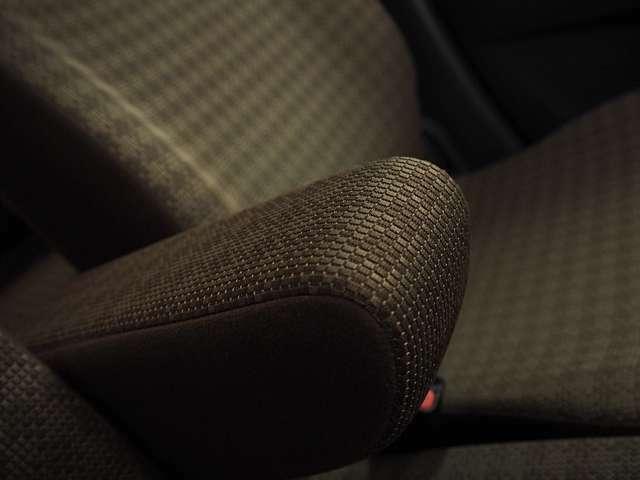 フロントシートにはセンターアームレスト装備。