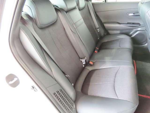 リヤシートも広々空間♪ご家族・ご友人を乗せてお出かけしてください シート状態も劣化も少なく良好な状態ですよ