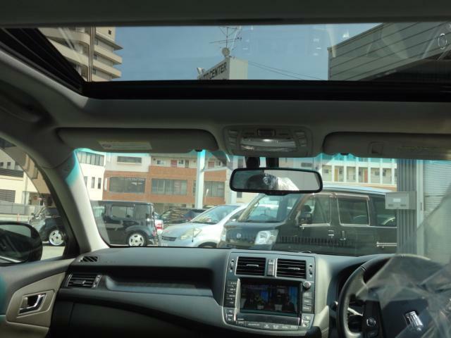 サンルーフが付いていますので快適なドライブが出来ます。空気の入れ替えも簡単。