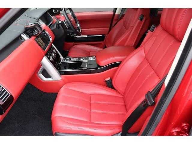 インテリアは英国車ならではのクラフトマンシップ溢れる造形と素材を使用しております。
