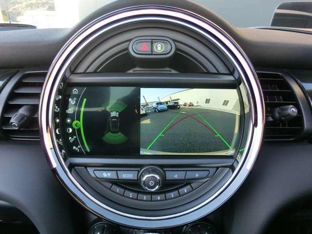 PDC(パークディスタンスコントロール)付バックカメラは後方映像と、ソナーで感知した障害物を画面に表示してくれるのでとっても安心です。LEDリングの光の色と警告音でもサポートしてくれます。