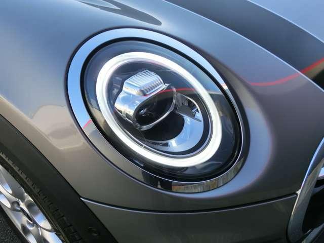 新しいタイプのLEDヘッドライトはウインカーの点滅も個性的、太陽光に近い光でとても明るく、夜間運転のストレスを軽減してくれます。
