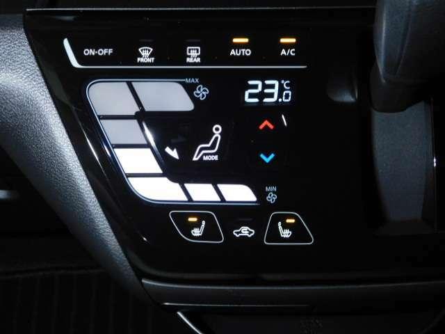 タッチパネルのオートエアコンで操作も簡単です。運転席、助手席のシートヒーターのスイッチも下側にあります。