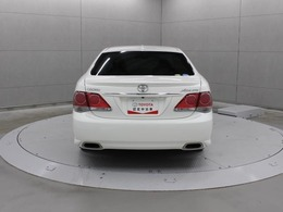 バンパー・マフラーが一体化した構造を採用した2本出しの排気管が、この車の高性能を物語るリヤビューです。