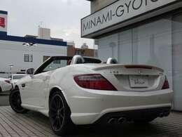 希少な右ハンドル車両のSLK55AMG AMGハンドリング&レーダーセーフティパッケージが入庫しました!外装色には煌びやかな輝きが魅力のダイヤモンドホワイトを配色!内外装共に程度良好な一台となります!