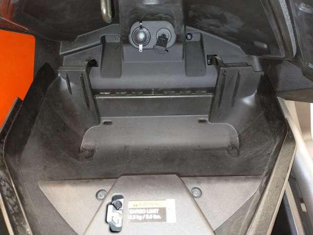 グローブボックス内にオーディオコネクター装備