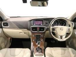 最終モデルの上級グレード!!V40T3クラシック!!街乗りに最適な大きさに内装は「本革、ウッドパネルで高級感も兼ね備えております!」ぜひ、一度ご覧になってください!!