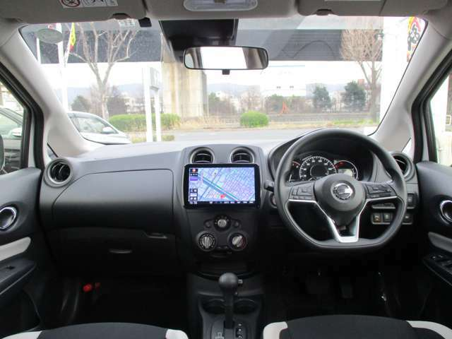 シンプルで、使い勝手を意識してデザインされた運転席周りです♪