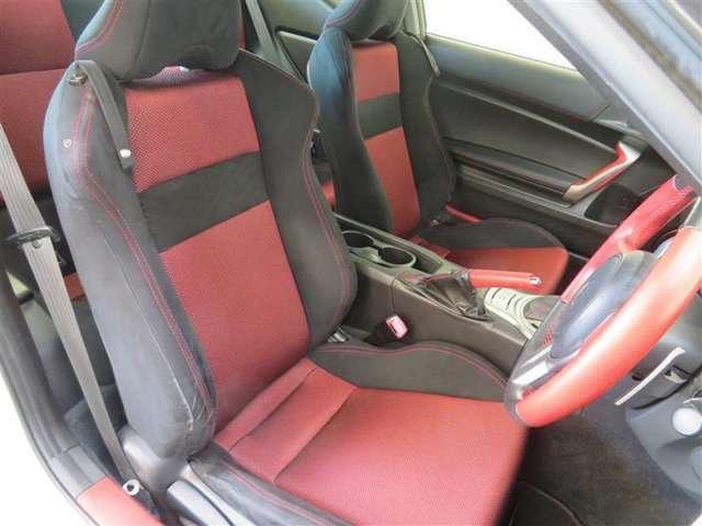 タイトなスポーツ・ドライブシート採用。運転のしやすさも実現した設計です。