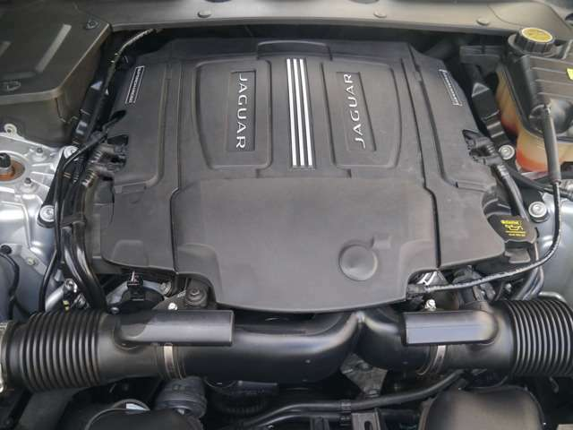 3L V6スーパーチャージド 340PSトルク450NM トップスピード250キロ かなり高性能なエンジンです。