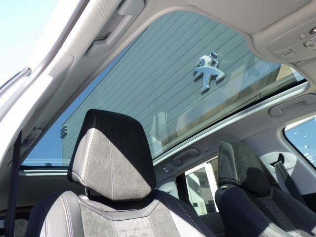 パノラミックガラスルーフは閉鎖空間である車内に光を取り入れてくれます。開放感があり、清々しいドライブを演出いたします。電動サンシェードもございますので、日差しが強い際にはご利用ください。