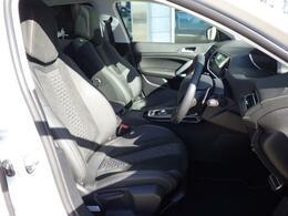 シートはブラックアルカンタラ&テップレザー仕様です。ホールド感のあるフロントシートは長時間の運転でも疲労感を感じさせず、腰への負担も軽減させます。