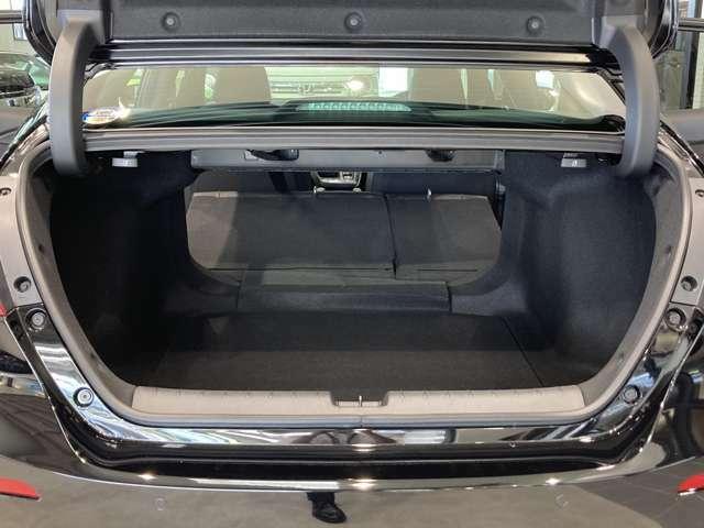 519Lの大容量トランクルームは、後部座席を倒すことでさらに広がります!