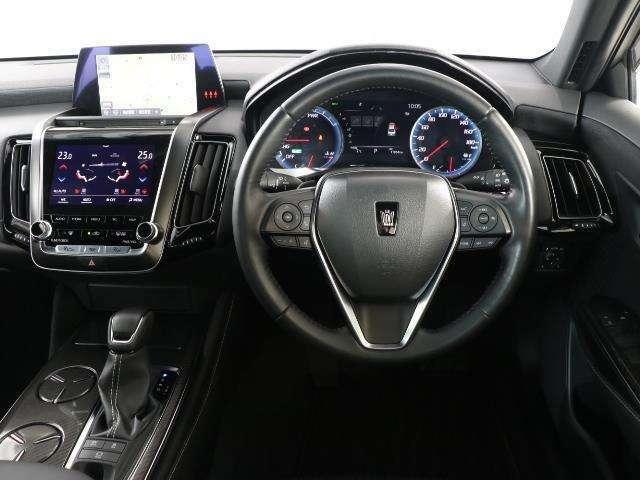 高級感あふれる運転席周りですね。 リラックスできる運転席でまるで自宅に居るようにくつろげますよ。 見やすいメーターと操作しやすいスイッチ類で運転もラクラクです。