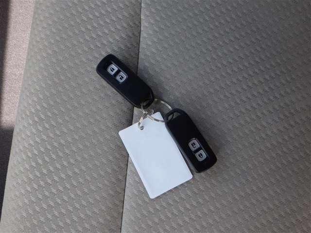 スマートキー付きです!カバンやポケットに入れて持っているだけで、ボタン一つでドアを開閉できます。