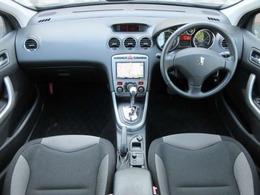 内装はダークグレーを基調としたシックで落ち着いた雰囲気の車内になっております♪パネル類にも目立つキズや汚れ等も無くとてもキレイな状態です♪