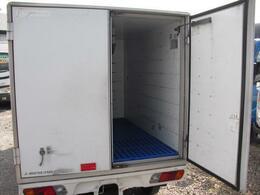 バックドアは観音開き仕様。荷台箱いっぱいの大きさで開閉します