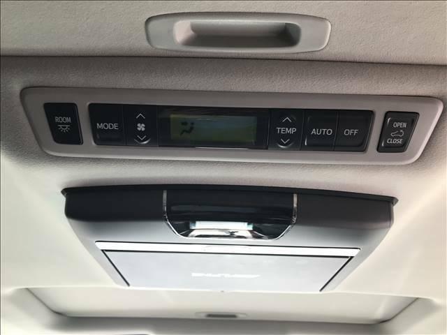 Wエアコン装備。後部座席の方も快適な温度設定が可能です。