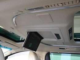 後席モニターを装備、後部座席の人は渋滞中でも退屈しません。