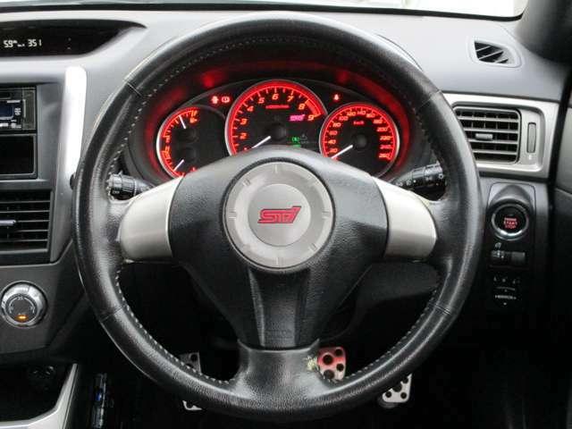 スポーツタイプの車にありがちなステアリングの目立つ表皮剥がれや傷、ダメージも無く、綺麗な状態です。