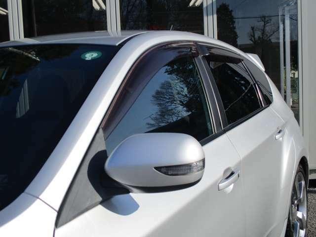 サイドバイザー付きですので、雨の日に車内の換気も出来ます。新車時にオプションで付けると、そこそこ良い値段がしますので、付いていてラッキーな装備です(^-^)