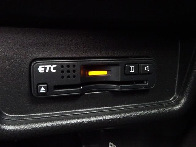 ビルトインETCが完備されています!埋込み式なので、運転の邪魔にならなく、カードの出し入れも楽です。高速道路では、とても重宝するアイテム!料金所をスルーできる事から、一度使用したら手放せない品物です!