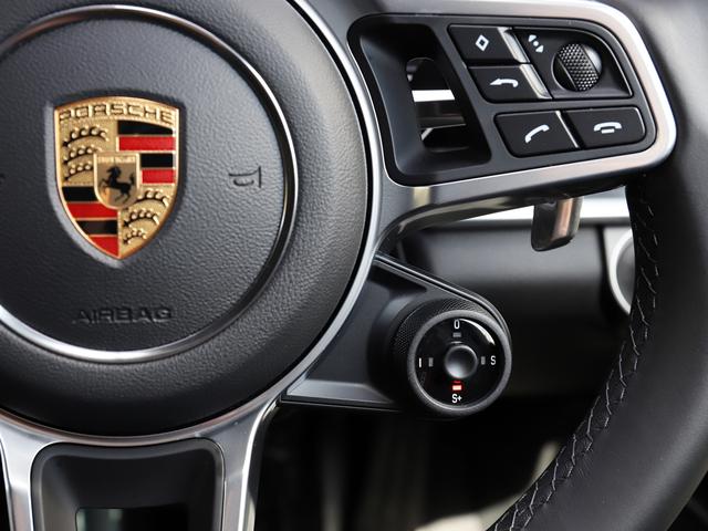モードスイッチ中央のボタンを押すと、エンジンとトランスミッションは最も素早くパワーを発揮させるための設定になり、最大限のスロットルレスポンスが約20秒間継続されます。