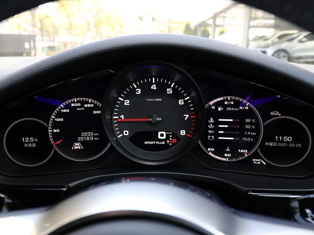 整然と配置された5連メーターはドライバーに重要な情報を瞬時に提供します。右側のモニターは、多様なモードに切り替わります。