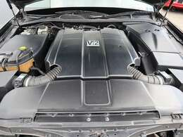 エンジンは国産唯一のV12!タイミングチェーン式で交換不要です。車の性格上壊れてはいけない車なので意外に壊れません。不快な振動はほとんど感じません。