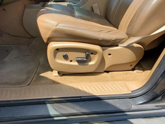 運転席はパワーシートになっております。マニュアル式と比べ細かく微調整ができるので便利ですよ♪