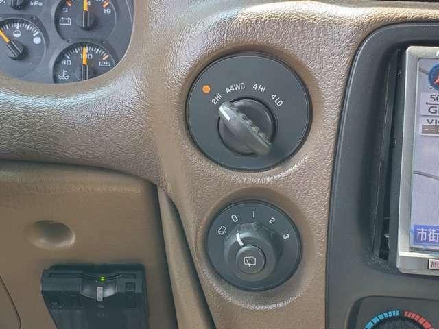 駆動方式は前後輪の回転差をモニターし、適切に切り替えるオートトラックシステム(オート4WDシステム)を装備。インパネスイッチでオート4WD、2HI、4HI、4LOの4種類のモードが選べる。