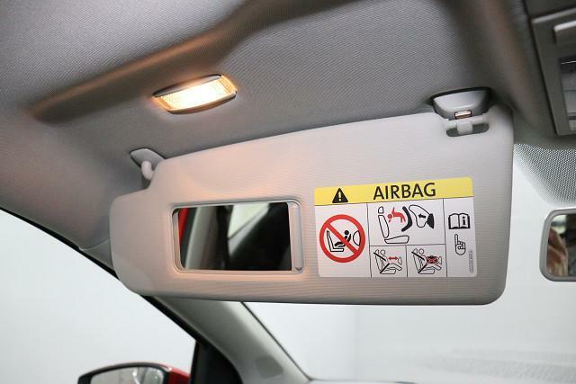 運転席と助手席には、照明とミラーが付いたサンバイザーを装備。