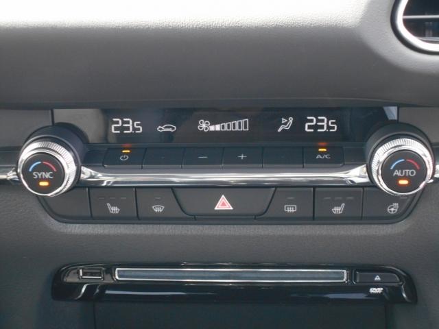 左右独立温度調節式のフルオートエアコンを搭載していますので、暑がりな方と寒がりな方が一緒に乗っても大丈夫です!花粉フィルターも付いており、1年中快適なドライブをお楽しみいただけます!