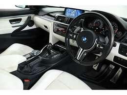 インテリアには特別装備の【BMW Individualエクステンドレザーメリノインテリア(オパールホワイト)】【BMW Individualレザーフィニッシュダッシュボード】が採用されております。