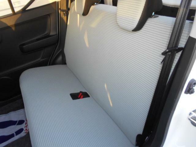 後部座席も充分な広さがございます!