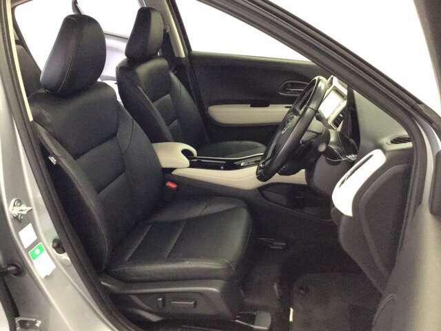 運転席は8WAYの電動パワーシートになっています。電動で前後のスライドやシートハイト、背もたれのリクライニングの調節ができ、微調整もききますのでお好みのシート位置に合わせることができます。