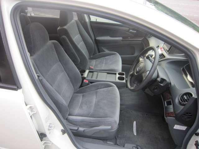 運転席内/シートアジャスター付。