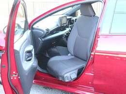 簡単に操作が可能な助手席手動回転式のシートになっております。