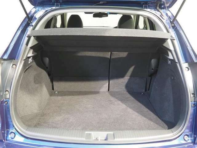広いラゲージスペースです、リヤシートの背もたれは6:4分割で倒すことができラゲージスペースを広くできます。