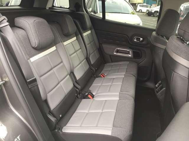 ゆとり溢れる室内では入念に仕立てられた快適なシートが乗る人を出迎えます。アドバンスコンフォートの名にふさわしいラウンジのソファのような座り心地です。