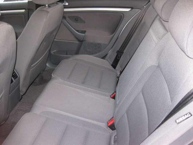 使用感の少ない綺麗な後部座席で、チャイルドシートもしっかり固定でき安心です。