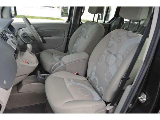 運転席、助手席シートに使用感少なく良い状態でございます!助手席のシートは、前倒ししてフラットも可能です!ラチェット式の